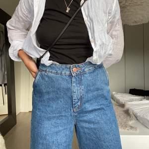 skönaste jeansen jag äger, så mjuka! använda ett par gånger men i väldigt bra skick⭐️⭐️ frakt tillkommer!