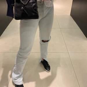 Jeans från zara med slits och ett eget klippt hål. Storleken är s/36 och är näst intill för små på mig som är en 36/ 38 i jeans. På 3e bilden ser ni bättre hur dom sitter på mig men det var innan jag klippte hålet