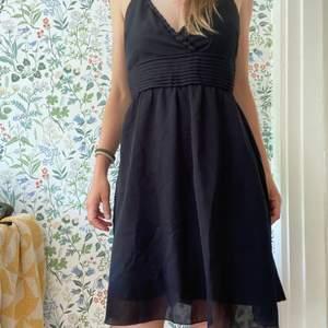 En mycket användbar söt svart klänning. Skön passform. Mycket bra skick!