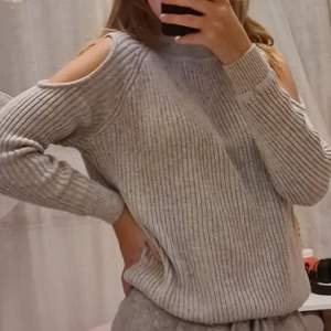 Otroligt fin stickad tröja i mjukare material, därav inte stickig på kroppen alls. Har polokrage och öppen vid sidorna på ärmarna vilket man ser på bilden❤Tröjan är i storlek XS men kan användas som S också❤köparen står för frakten som tillkommer.