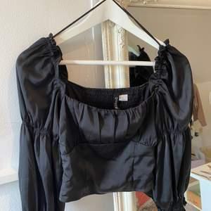 Super fin svart blus från Hm, sitter super fint. Tyvärr så kommer den inte till användning. Endast Swish betalning, köparen står för frakt.