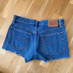 Assnygga Levis 501 shorts som tyvärr är lite för små för mig nu🥺 skulle säga att de passar nån som har S vanligtvis🌺🌺använda men i bra skick💫✨✨ nypris ca 550kr