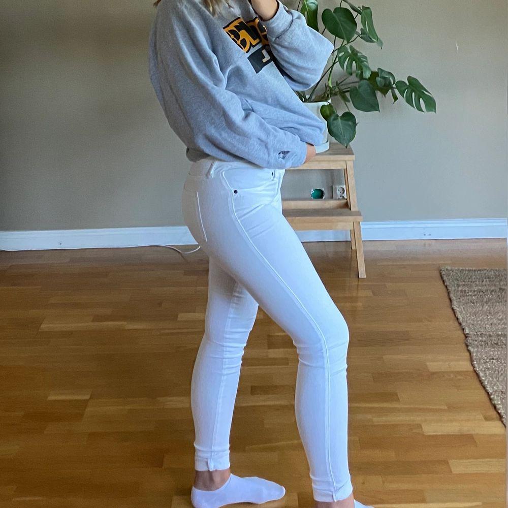 Riktigt fina låg/mellan midjade jeans som har legat i garderoben ett tag nu, kostade va 350kr som nya. Ganska långa men dom är lika fina uppvikta ❤️ jag är 169 lång. Jeans & Byxor.
