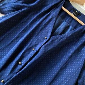 Supersöt blus med småprickigt mönster ❣️ Notera: den är mörkBLÅ!! Inte svart! Färgen på första bilden  stämmer 💙 Jättefint skick, knappt använd! ✨ Köparen står för frakt, hör av er vid frågor/fler bilder! ⭐️ kom gärna med egna prisförslag