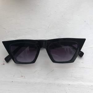 Solglasögon i oversized cateye modell som är i fint skick , använda fåtal gånger !