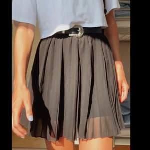 Intressekoll på denna svarta kjol.🖤 I väldigt fint skick endast använd 1 gång. 🌸🌸 frakt på 63kr tillkommer
