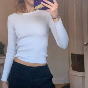 Vita tunnt stickad tröja från Zara! Väldigt fin och praktisk men kommer tyvärr inte till användnin. Storlek S (exklusive frakt och kan mötas)❄️❄️❄️❄️