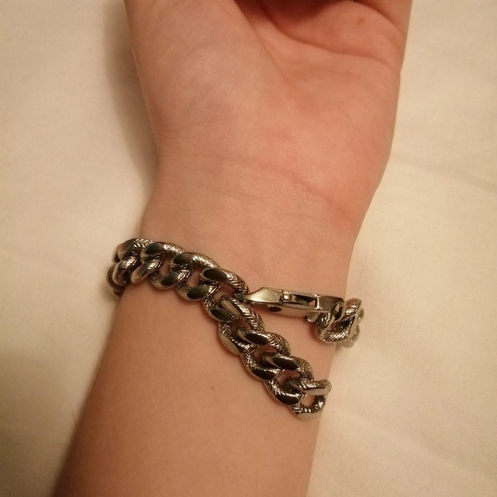 Ganska tjock silvrig kedja som kan användas som armband. Har ett inristat mönster som får kedjan att se ut som en silvrig orm🐍🤍. Accessoarer.