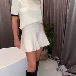 Kjol och topp set från Zara helt slutsålt! Jätteskönt material och sitter grymt bra! Säljer pga att jag ej använder de! Pris kan diskuteras! Frakt tillkommer!