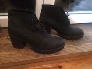 Helt nya bekväma skor i äkta läder.  Oanvända.   New comfortable shoes in real leather. Not used.   Hör er om ni har frågor. ☺️