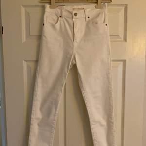 Vita super skinny jeans från Levis. Vädligt bra skick använt några gånger. Fraktkostnad tillkommer