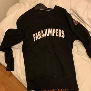 En fin parajumper tröja lite cracked i texten men annars i fint skick nypris 2100 men säljer för 800