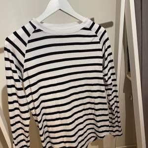 En randig tröja från carlings, i storlek XS. Andvänd få gånger.