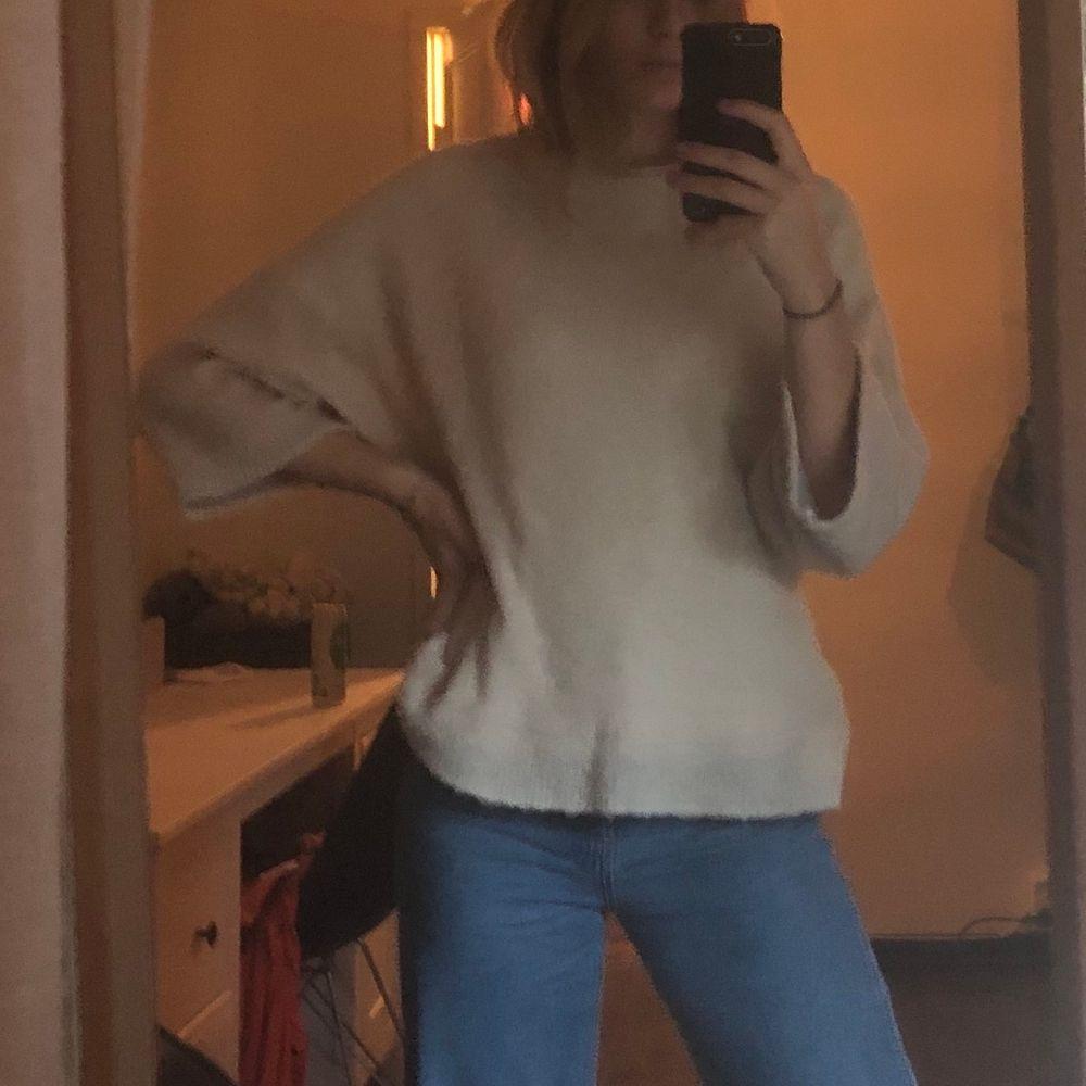 Jättefin beige stickad tröja från mango! Lite kortare i armarna och lite oversized på mig som är storlek S:) fraktkostnad tillkommer👍🏼. Stickat.