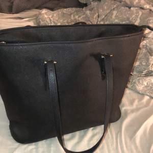 En helt vanlig väska som jag inte använder längre. Bra skick med många förvarings fack i väskan😇