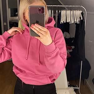 Säljer denhär skitsnygggga hoodien från bikbok pga jag tröttnat på den. Den är inte alls sliten eller nån skada. Den är i storlek XS men passar även S! Köparen står för frakt💖