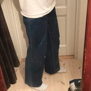 Breda mörkblåa Jeans väldigt snygga och snålt använda