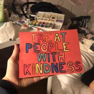 En liten gullig färgglad tavl med budskapet TREAT people with kindness inspirerat av Harry Styles himself
