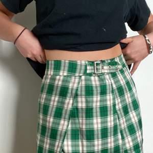 Skitsnygg kjol! Säljer pga inget min stil💞 jag är 169cm lång! Dragkedja på sidan och en snygg detalj med skärp som går att justera 💞  aldrig använd, nypris 170kr. Materialet är hyfsat tunt. Frakt inkluderad!!