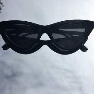 Ett par jätte fina solglasögon alldrig använt dom och dom är köpta i början av sommaren. Priset diskuteras frakten står köparen för☺️