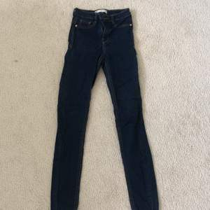 Mörkblåa skinny jeans ifrån Gina tricot i storlek xs. Endast använda ett fåtal gånger och därmed i ett väldigt bra skick.