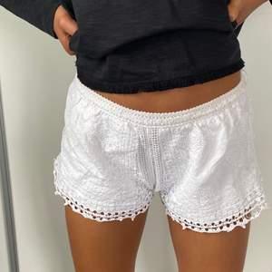 Vita spets shorts storlek S. Lite små på mig, därför dom säljs. Sköna att ha som mjukis eller fina att slänga på sig på stranden.