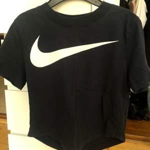 Jättefin marinblå topp från Nike. Säljer pga att den inte kommer till användning.