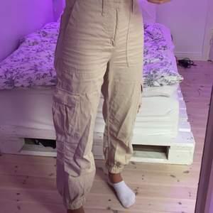 sååå snygga byxor ifrån urban outfitters som tyvärr är för små. köpta i london för ca ett år sedan för 500kr!! använda två gånger så i nysick!!🙏🏼kan sänka pris vid snabb affär