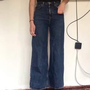Mörkblåa wide leg/baggy jeans strl W25 L30 från Weekday! Passar W25-W26 oh är sparsamt använda☺️ Nypris: 500:- Modellen på bilden är 172cm lång.  Frakt tillkommer på 59kr, meddela mig för fler bilder, midjemått eller övriga frågor.