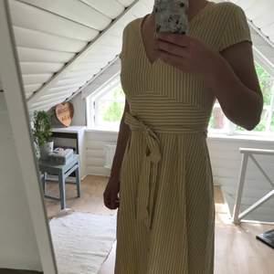 Underbar klänning som sitter såå fint! Men den stramar åt lite vid axlarna så jag måste tyvärr sälja den. Klänningen är knappt använd. Du står själv för frakt 😊