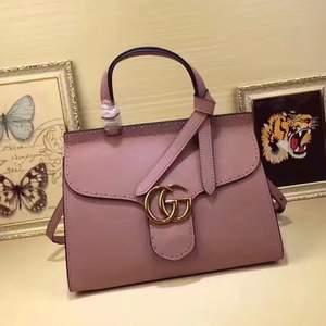 Gucci väska i 100% äkta läder säljer ändats bra kvalitet mina varor helt nya