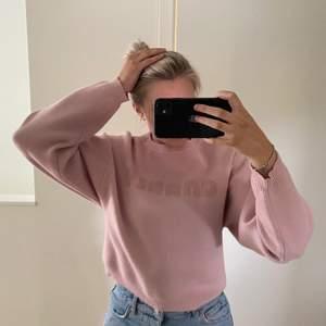 Säljer en rosa tröja med lite större armare o lite kortare modell. Den är från pieces. Jag har använt den några gånger men känner att den inte riktigt passar så bra på mig.