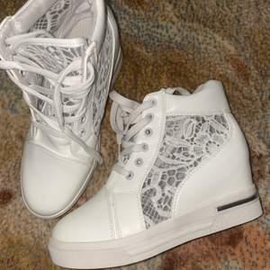 Helt nya sneakers med klack. Fråga om du undrar något. Pris kan diskuteras😊