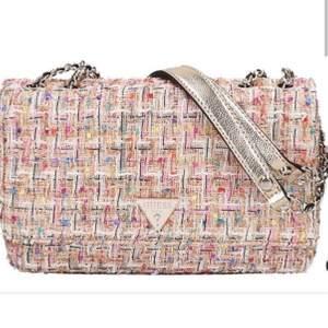 Asball guess väska som aldrig har kommit till andvändning, köpte den för 1700 men kan sälja för 730. Kan skicka mer bilder vid intresse! :))