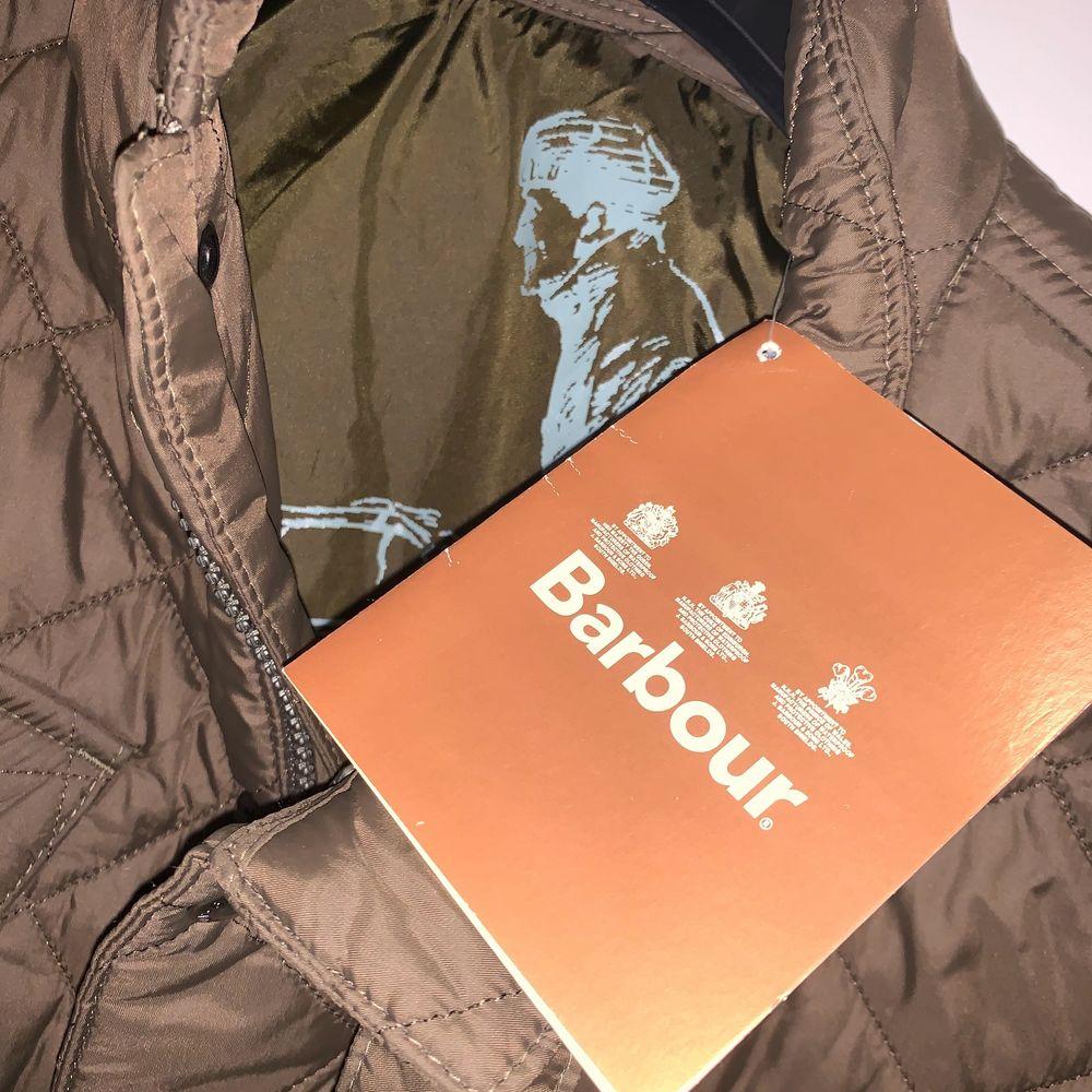 Helt ny äkta Barbourjacka i unisexmodell. Storlek M. Nypris 1999 kr. Bud från 500 kr! Kan skickas, då står köpare för frakt. Jackor.