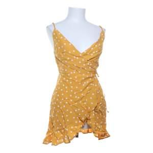 OBS inte så kort som på bilden!!! gul prickig klänning från bershka💛 sytt dit en liten knapp så att klänningen inte är så v-ringad men den går lätt å ta bort om man inte vill ha den:)