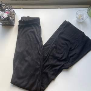 Yoga byxor som blivit använda en gång! Supersköna och ribbade i materialet. Frakt: 59kr