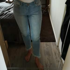 Ljusfärgade jeans med fransar nertill. Snygga och bekväma. Lite stretch i tyget med.