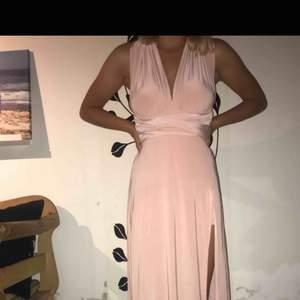 """Felköp av en klänning från Boohoo. Klänningen består av en kjol med slits och 2 """"band"""" som man drar runt överkroppen på olika sätt. Aldrig använd, lapp finns kvar. Super fin och passar perfekt till bal 🌸 ord pris 380kr"""