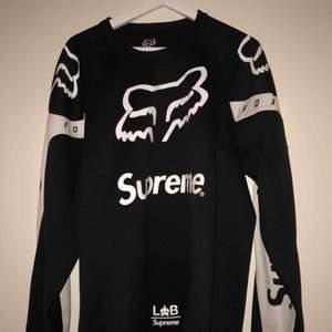 Oanvänd Supreme tröja