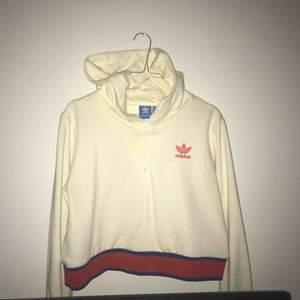 Fetaste och finaste hoodien från Adidas köpt på Junkyard ❗️ Använd fåtal gånger så väldigt fint skick✨ Köpt för 999kr