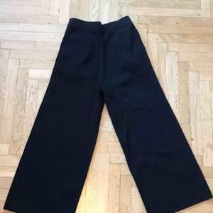 Vida sköna byxor från ARKET i kortare modell! Supersnygga till fina höga strumpor under eller för den som är lite kortare än jag :) jättesköna att ha på sig!