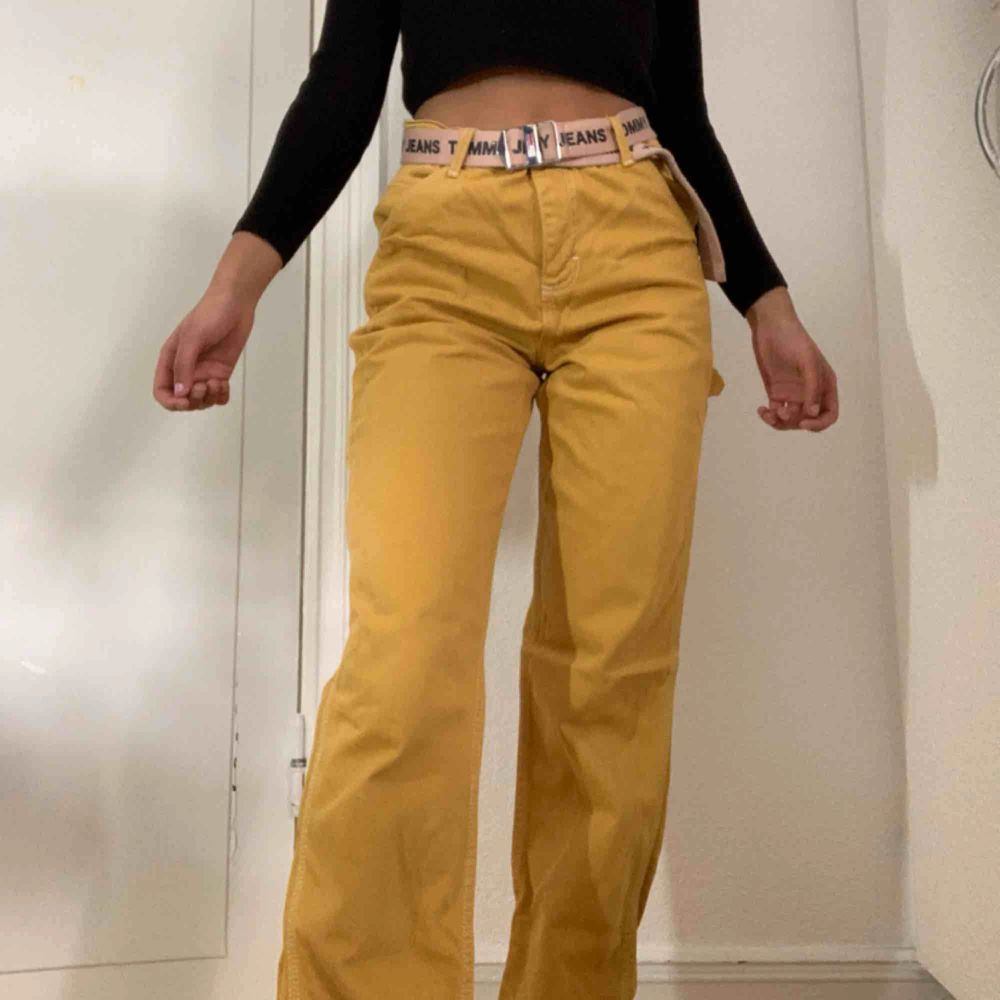 👅fett coola senapsgula byxor från urban outfitters, går hela vägen ner till fötterna på mig och jag är 165cm lång👅 🖤Köparen betalar för frakten🖤 💡Kan mötas Lund-Malmö💡 👹Högsta bud får plagget👹. Jeans & Byxor.