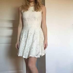 Drömklänningen 😍 Så bra tyg, känns väldigt lyxig på. Som ny, passar 34- mindre 36:or 🌸Säljer även andra klänningar perfekt nu till student/sommaren! 🌸