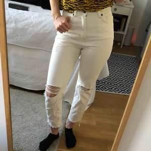 Vita slitna jeans från &other stories supersnygga nu till vår ⭐️ köparen står för frakt