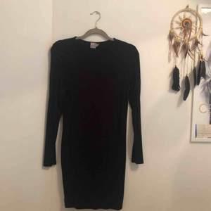Oanvänd basic svart långärmad klänning från Asos, passar perfekt till allt och slutar ungefär vid knäna ☺️ frakt ingår i priset!✨