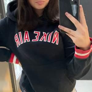 super snygg och vintage nike hoodie! Den är svart med röd text. Den är i barn storlek men skulle säga passar S/Xs. Köparen står för frakten! Buda på!❤️❤️