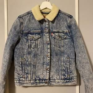 Fodrad jeansjacka från Levis. Aldrig använd (nypris 1399 kr). Liten i storlek så skulle säga att den är S. Priset kan diskuteras, tänker 900 inklusive eftersom den är helt ny