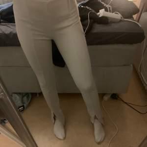 Säljer dessa vit/ creme färgade byxorna från bikbok. Stl M men passar även s. Dem har en snygg slits nertill. Säljs eftersom dem inte kommer till användning!