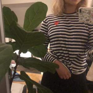 Supersnygg märkes tröja, köpt för 1100 på nk men säljer för 500. Använd en gång så jättefint skick. Mörkblå och vit randig. Buda på!